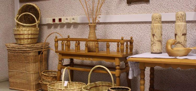 Выставка изделий по керамике, народной игрушке и природному материалу.